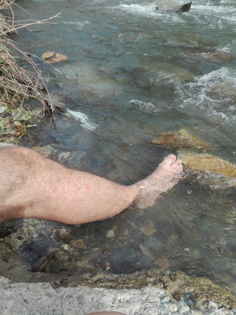 tobillo en el río